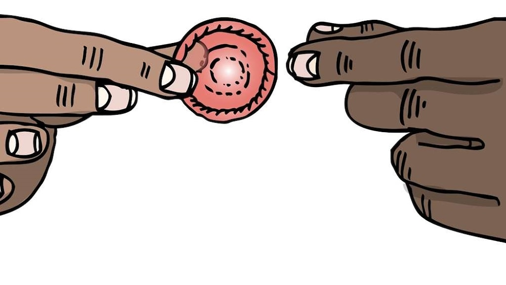 Två bruna händer och en kondom