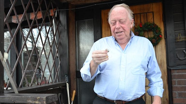 Pensionären Bo med sin hörapparat som han tillslut fick betala 600 kronor för.