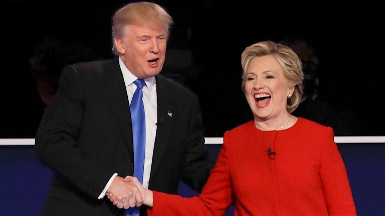 Clinton och Trump skakar hand.
