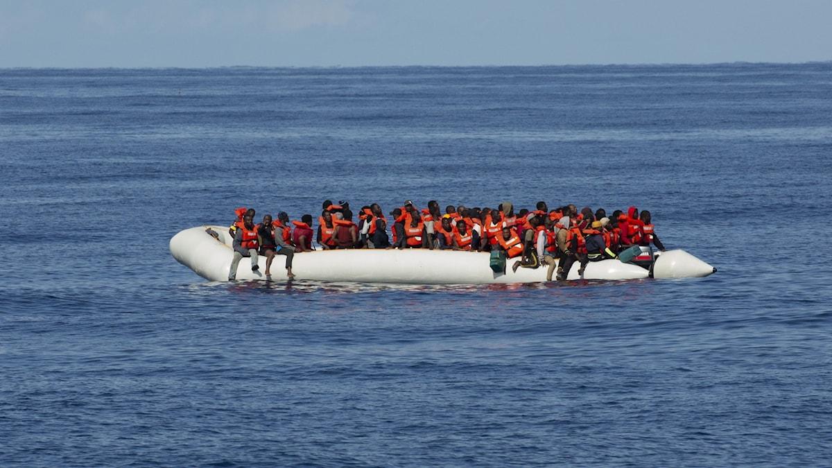 Gummibåt med flyktingar på öppet hav