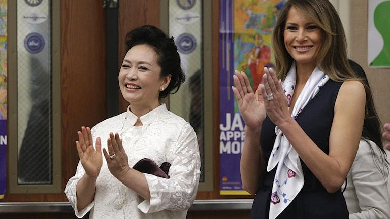 1999 var sångerskan Peng Liyuan, nu rikets första dam, gäst i talkshow-programmet i Hongkong. På bilden tillsammans med Melania Trump.
