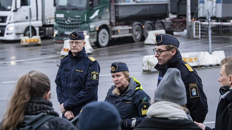 Mats Löfving, chef för polisens nationella operativa avdelning, Therese Mattsson från Kustbevakningen och Fredrik Holmberg från tullen i Trelleborgs hamn.