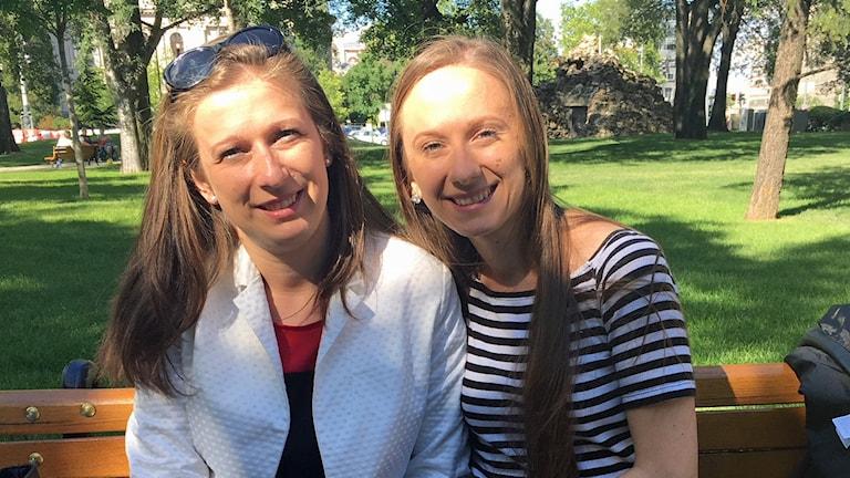 Två kvinnor på en parkbänk.