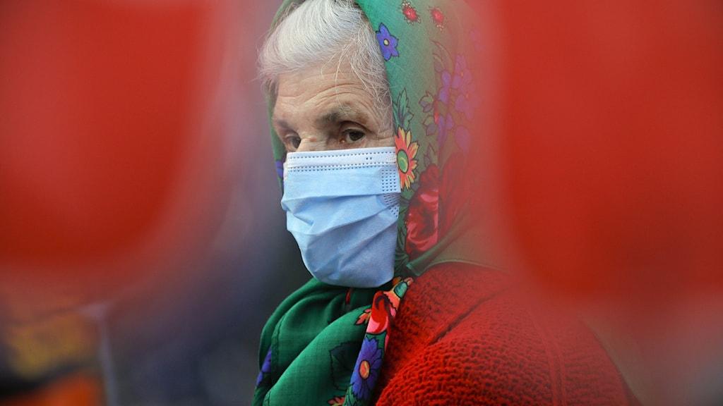 Rumänsk kvinna med munskydd