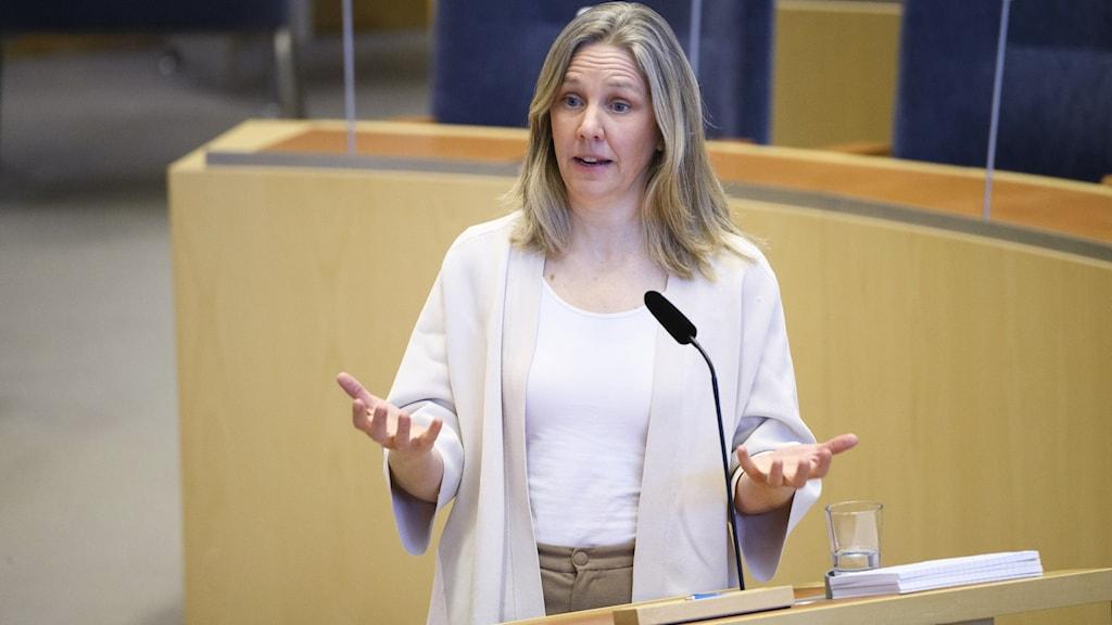 kvinna talar i riksdagen