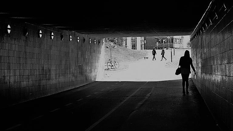 ensam kvinna i gångtunnel