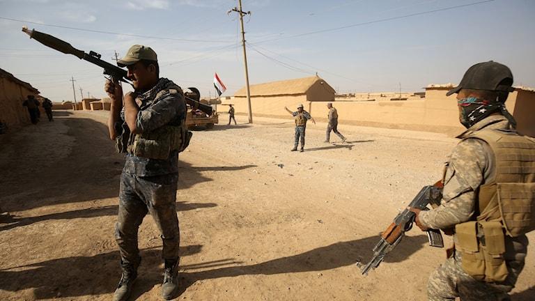 Irakiska styrkor utanför Mosul.