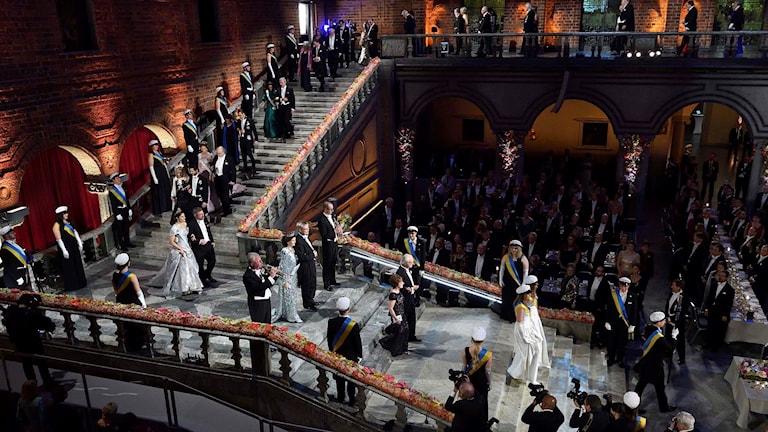 Nobelfestens hedersgäster går nerför trappan till Blå hallen.