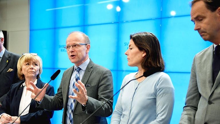 Beatrice Ask (M), Mikael Oscarsson (KD), Karin Enström (M), Allan Widman (L) under en pressträff i riksdagens presscenter i Stockholm. De borgerliga partierna lämnar försvarsberedningen.