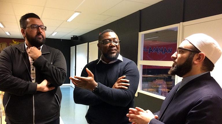 På bilden syns Rafi Farouq, Flamman Ungdomarnas hus, Felix Unogwu och Salahuddin Barakat från Islamakademin. Foto: Anna Bubenko/Sveriges Radio.