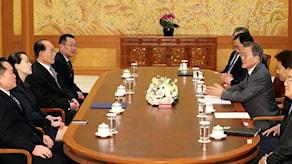 Sydkoreas president Moon Jae-in pratar med  Kim Yo Jong, syster till Nordkoreas ledare Kim Jong Un, och en nordkoreansk delegation. Foto: Kim Ju-sung/TT.