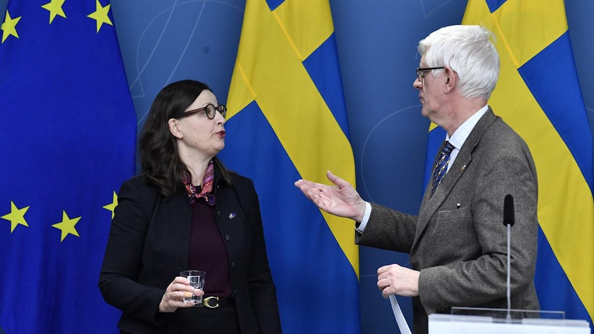 Utbildningsminister Anna Ekström (S) och Folkhälsomyndighetens generaldirektör Johan Carlson på dagens pressträff.