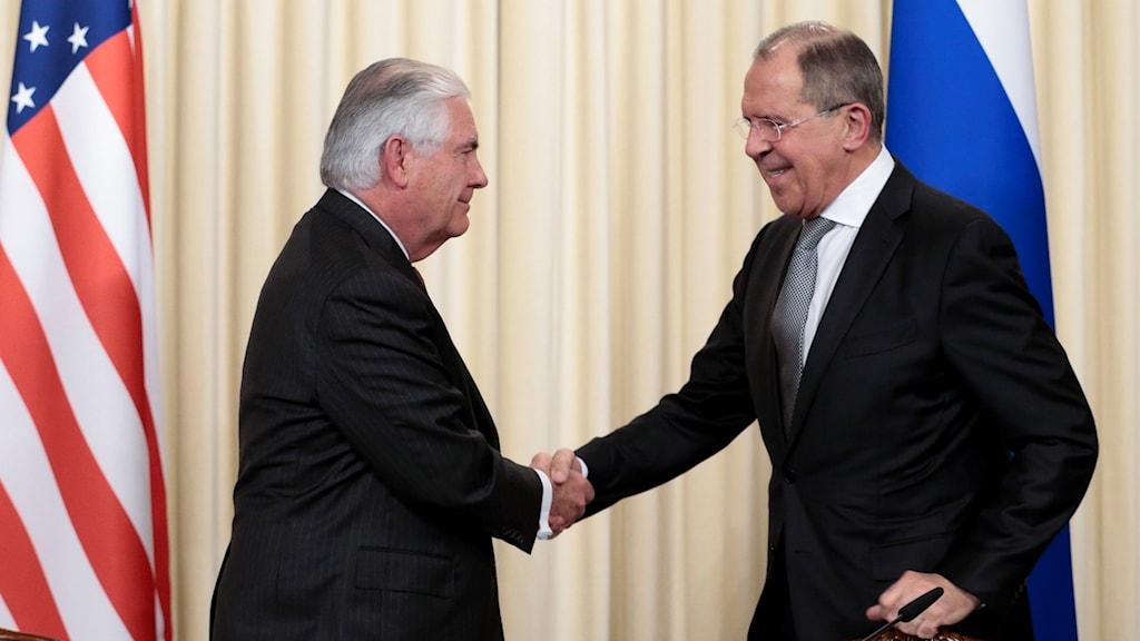 USA:s och Rysslands utrikesministrar skakar hand vid sitt möte