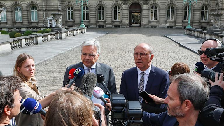 Belgiens förre utrikesminister Didier Reynders och socialdemokratiska oppositionspartiets Johan Vande Lanotte pratar med pressen efter ett möte med kungen 30 maj 2019.