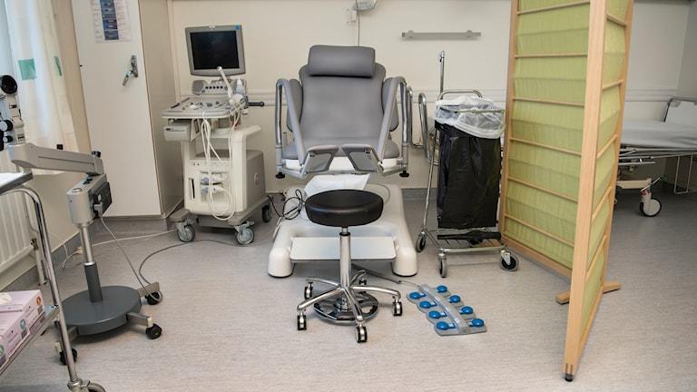 Gynstolen är könsneutral med möjligheter för patienten att själv styra byglarna med benen.