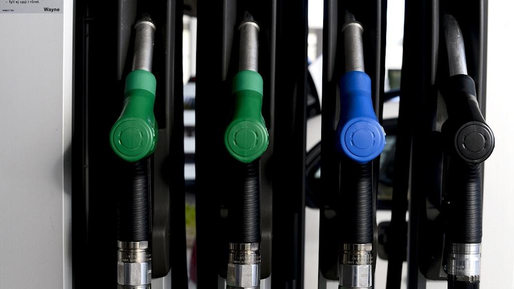 Bränslepump med pumpmunstycken för bensin, etanol och diesel på en bensinstation.