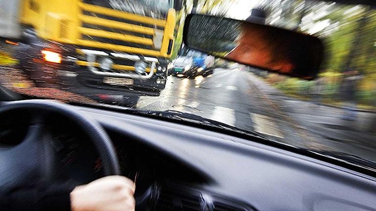 En man är nära att kollidera med en lastbil i en korsning. Foto: Gorm Kallestad/Scanpix.