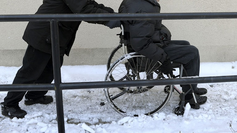 Rullstolsbunden man får hjälp. Foto: Janerik Henriksson/Scanpix.