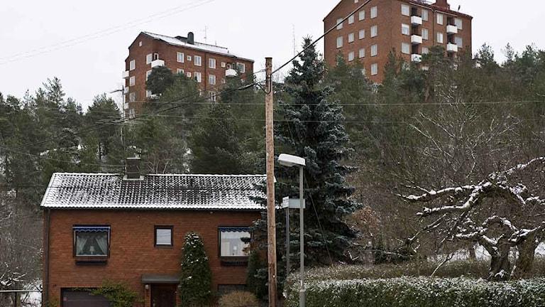 Bostäder. En villa med tegelfasad och i bakgrunden flerfamiljshus. Foto: Henrik Montgomery / Scanpix.