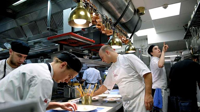Koncentrerade kockar lagar mat i ett restaurangkök. Foto: Janerik Henriksson/Scanpix.