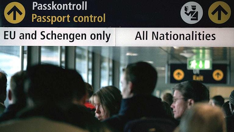 Människor står i kö till en passkontroll på väg in i Sverige. Foto: Henrik Montgomery/Scanpix.