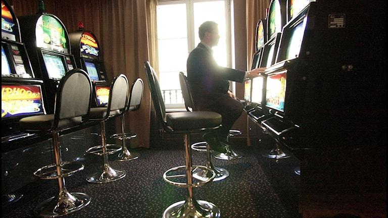 Man spelar på spelautomat