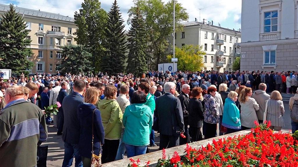 Människor hedrar explosionens offer, 12 augusti 2019. Foto: Russian State Atomic Energy Corporation ROSATOM via AP/TT.