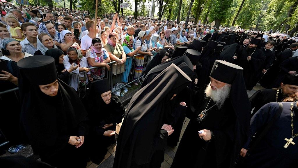Nunnor och präster i Kiev, Ukraina.