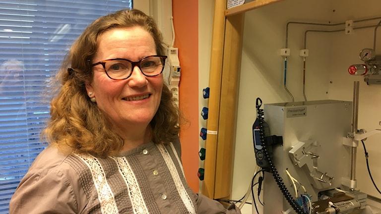 Lena Palmberg, Institutet för Miljömedicin vid Karolinska i Solna, utvecklar metoder utan försöksdjur för att undersöka lungsjukdomar.