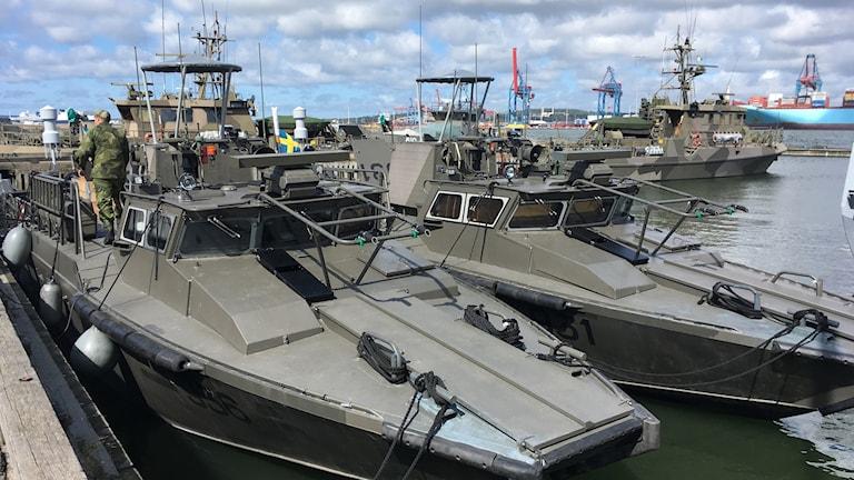 Två svenska stridsbåtar i hamn.