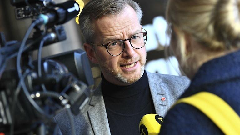 Inrikesminister Mikael Damberg på presskonferens vid Sergels torg