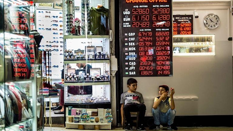 Barn i en butik i Turkiet.