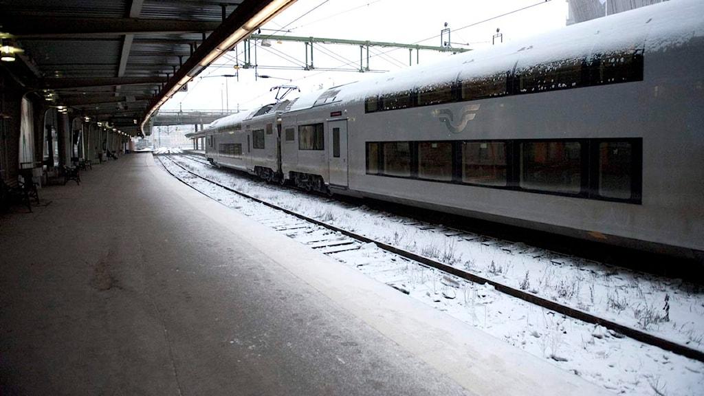 Tågperrong och väntande tåg.