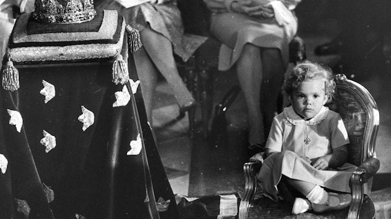 Kronprinsessan Victoria, 2 år, ses här under lillebror prins Carl Philips dop den 31 augusti 1979. Lagen om kvinnlig tronföljd har ännu inte trätt i kraft därför är det lillebror Carl Philip som är kronprins. Foto: Scanpix.