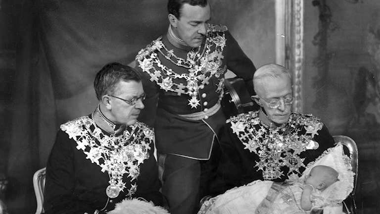 Fyra generationer tronföljare. Fr v Kronprins Gustaf Adolf, prins Gustaf Adolf, kung Gustaf V med prins Carl Gustaf i knät. Foto: Scanpix.