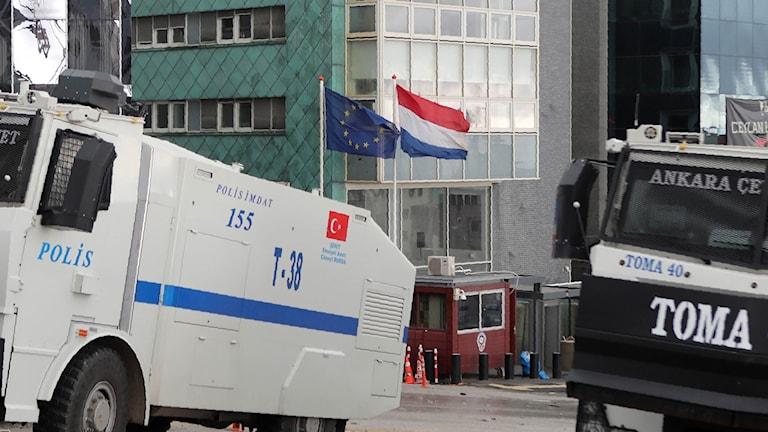 Nederländska ambassaden i Turkiet skyddas. Foto: Adem Altan/TT.