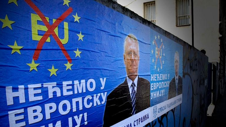 """En affisch från ultranationalistiska serbiska partier SRS, i Belgrad, med texten """"Vi vill inte ha EU"""". Foto: Darko Vojinovic / Scanpix"""