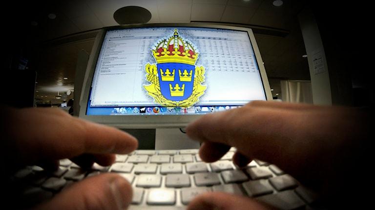 Polisens logotype syns framför skärmen till en dator. Ett par händer skriver på tangentbordet framför skärmen. Fotomontage: SR Foto: Stefan Gustavsson, Janerik Henriksson / Scanpix