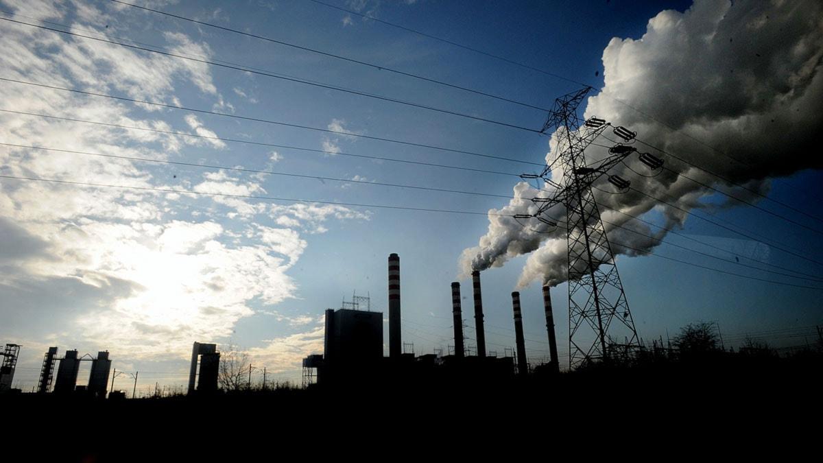 Rök bolmar från ett kolkraftverk i Polen.