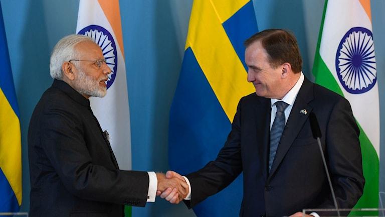 Indiens premiärminister Narendra Modi och statsminister Stefan Löfven skakar hand efter att ett partnerskapsavtal undertecknats i Rosenbad på tisdagen.
