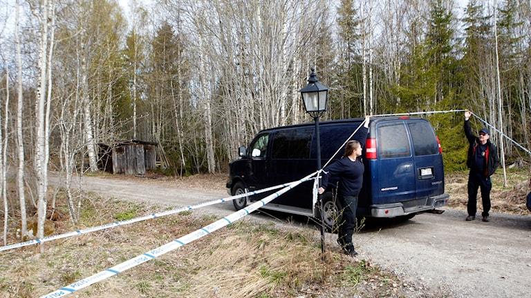 olistekniker anländer till platsen där man hittat en död person strax utanför Hudiksvall.