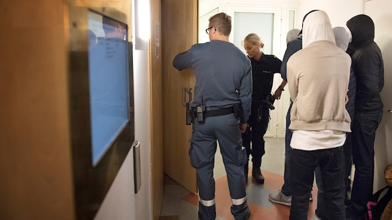 Bild från när rättegången om morden i Hallonbergen startade på Stockholms tingsrätt.