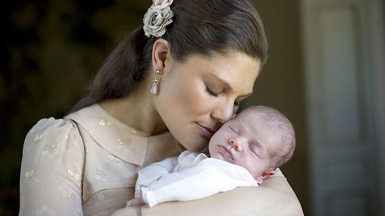 Kronprinsessan med dotter Estelle i famnen. Foto: Kate Gabor/Kungahuset