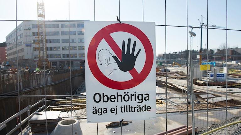 """Byggarbetsplats med skylten """"Oberhöriga äga ej tillträde"""""""