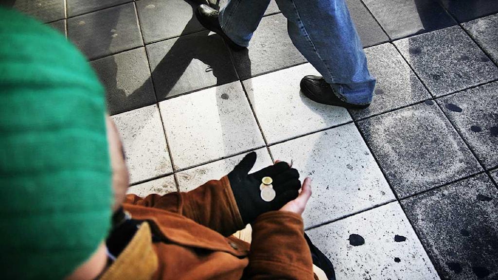 En man står och tigger på Hamngatan i Stockholm. Foto: Oskar Kullander/Scanpix.