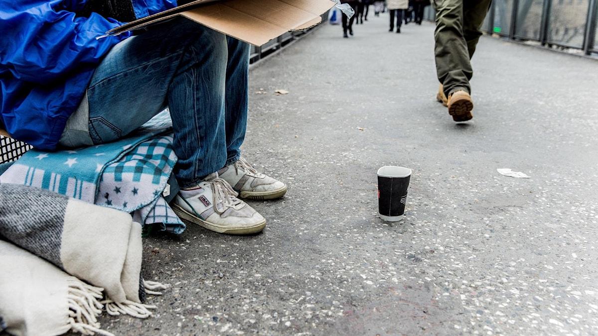 Man samlar pengar på gatan