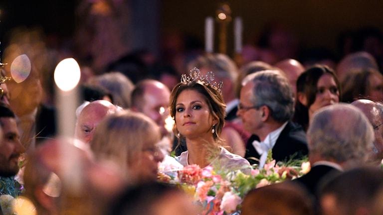 Prinsessan Madeleine sitter till bords
