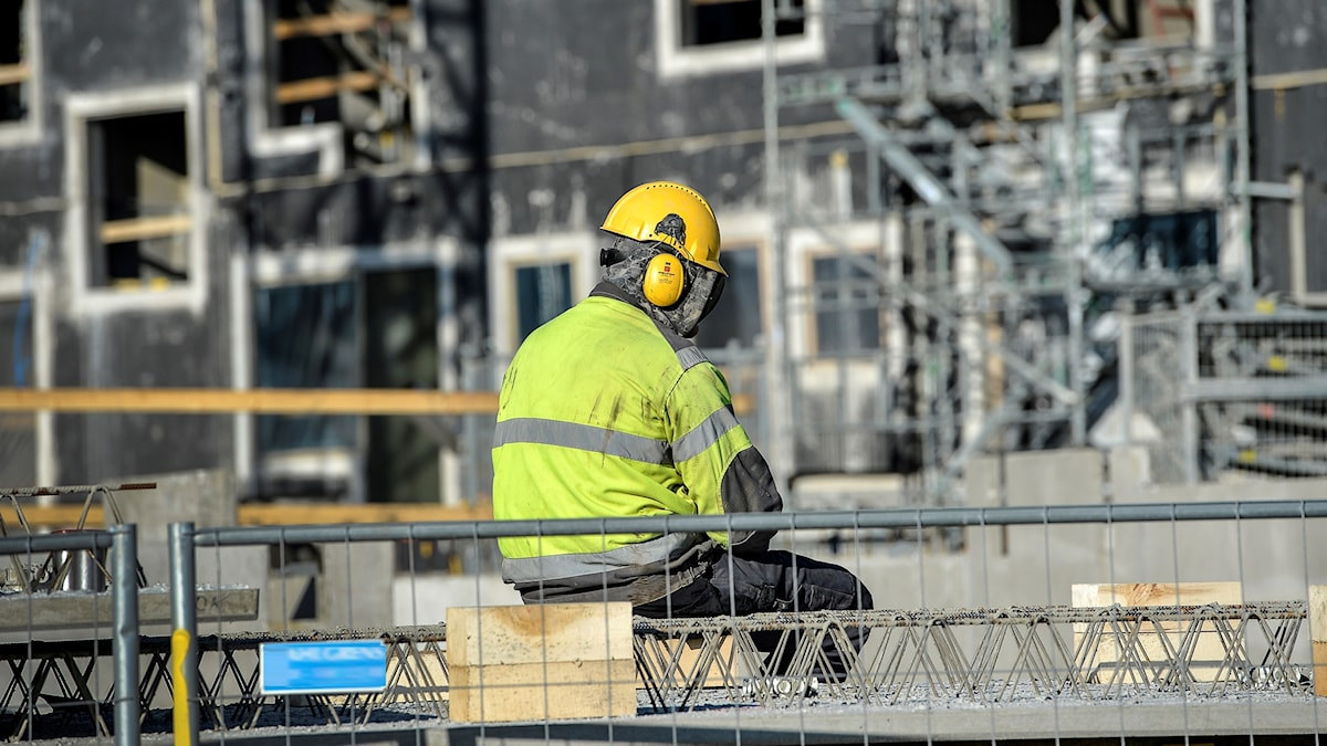 En person i skyddskläder vid bygge