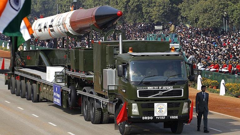 Parad med raket på lastbil. Foto: Saurabh Das/Scanpix.
