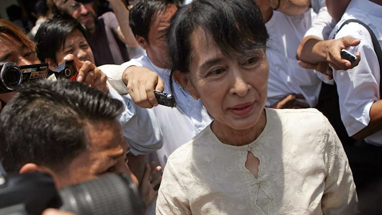 Aung San Suu Kyi lämnar ett möte med hennes parti NLD. Foto: Khin Maung Win/Scanpix.